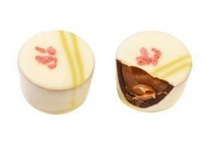 0823 Jordgubb/Rabarbertryffel i vit choklad